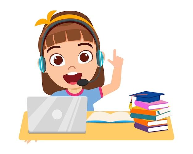 Szczęśliwa śliczna mała dziewczynka robi domową szkołę z laptopem komputerowym łączy się z internetem nauka e-learningu i kurs na białym tle z książkami i wskazaniem