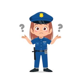 Szczęśliwa śliczna mała dziewczynka ubrana w mundur policyjny i myśli ze znakiem zapytania