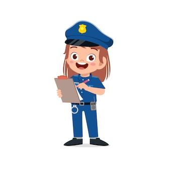 Szczęśliwa śliczna mała dziewczynka ubrana w mundur policyjny