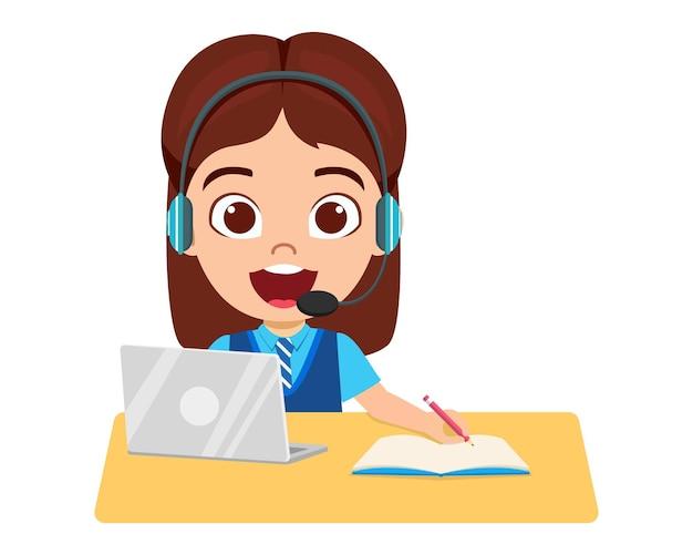 Szczęśliwa śliczna mała dziewczynka uczęszcza do szkoły domowej z laptopem komputerowym łączy się z internetem nauka e-learningu i kurs na białym tle oraz słuchawki i pisanie