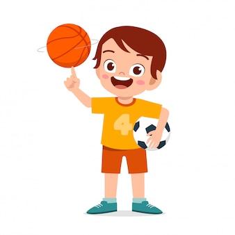Szczęśliwa śliczna małe dziecko chłopiec bawić się piłkę