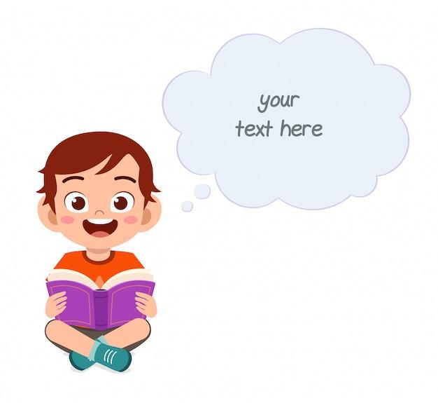 Szczęśliwa śliczna małe dziecko chłopiec czyta książkę