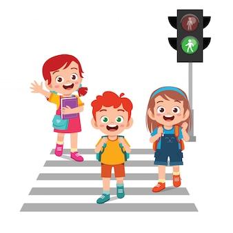 Szczęśliwa śliczna małe dziecko chłopiec, dziewczyna i krzyżujemy drogę