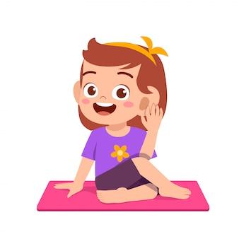 Szczęśliwa śliczna małe dziecko chłopiec, dziewczyna i robi joga pozie