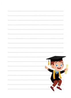 Szczęśliwa śliczna małe dziecko chłopiec notatnika szkoła