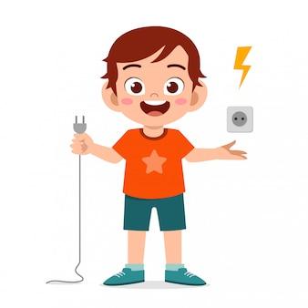 szczęśliwa śliczna małe dziecko chłopiec wyjaśnia o elektryczności