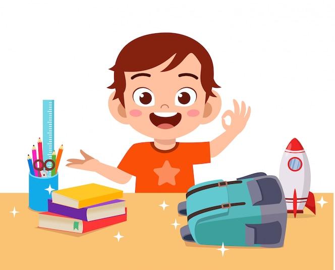 szczęśliwa śliczna małe dziecko chłopiec z czystym biurkiem