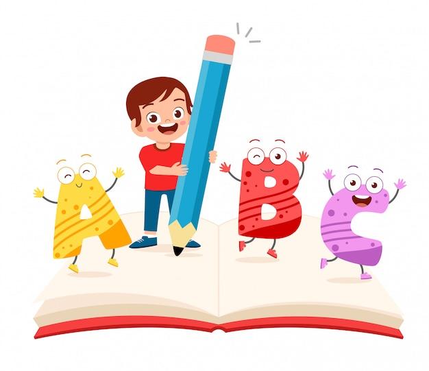 Szczęśliwa śliczna małe dziecko chłopiec z książką i listem