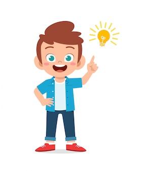 Szczęśliwa śliczna małe dziecko chłopiec z pomysł lampy znakiem