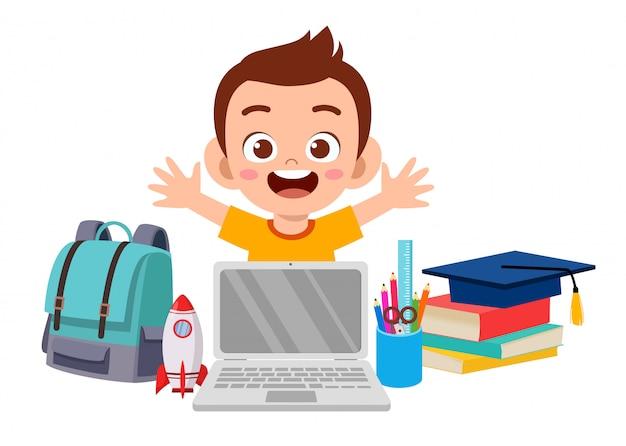 Szczęśliwa śliczna małe dziecko chłopiec z szkolnym wyposażeniem