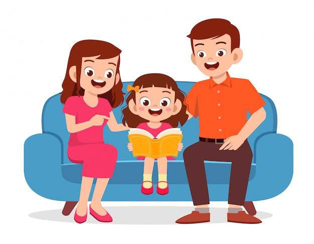 Szczęśliwa śliczna małe dziecko dziewczyna czyta książkę z rodzicem