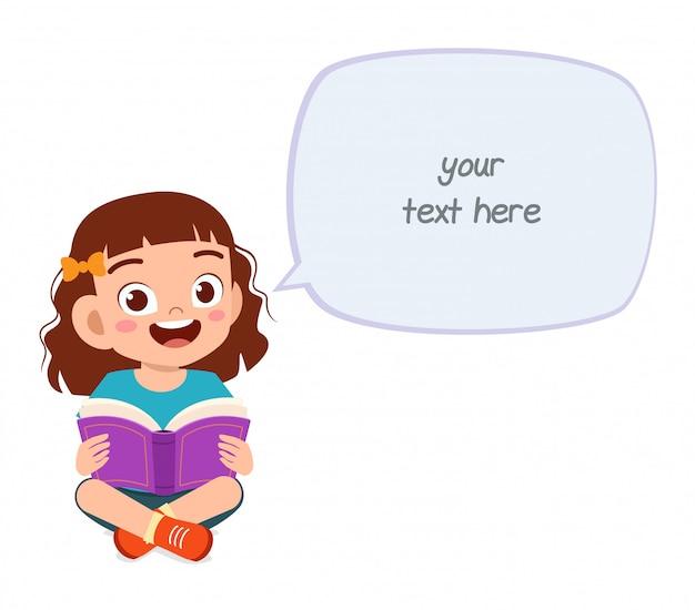 Szczęśliwa śliczna małe dziecko dziewczyna czyta książkę