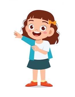 szczęśliwa śliczna małe dziecko dziewczyna jest ubranym ubrania