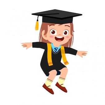 Szczęśliwa śliczna małe dziecko dziewczyna kończy szkołę