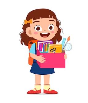 szczęśliwa śliczna małe dziecko dziewczyna niesie pudełko szkolne dostawy