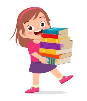 szczęśliwa śliczna małe dziecko dziewczyna niesie stos książki