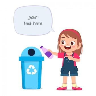 Szczęśliwa śliczna małe dziecko dziewczyna rzuca śmieci