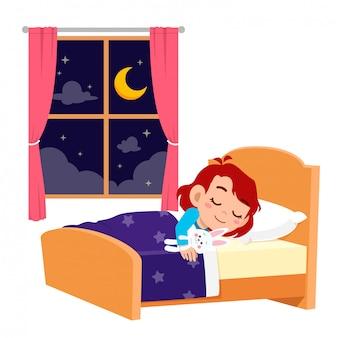 Szczęśliwa śliczna małe dziecko dziewczyna śpi w nocy
