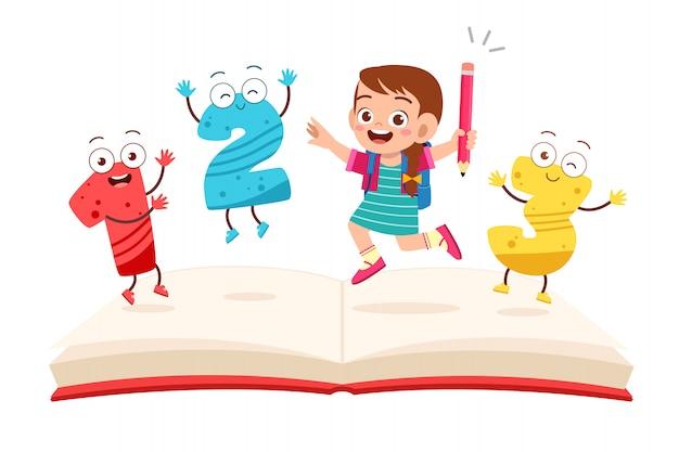 Szczęśliwa śliczna małe dziecko dziewczyna z książką i listem