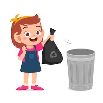 Szczęśliwa śliczna małe dziecko dziewczyna zbiera śmieci