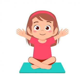 szczęśliwa śliczna małe dziecko dziewczyny praktyki joga