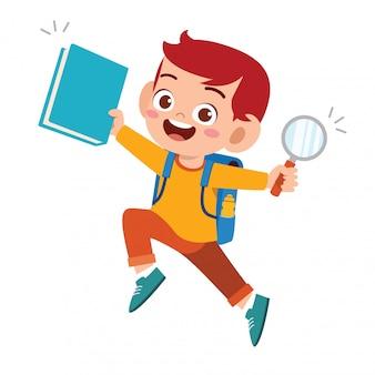 Szczęśliwa śliczna studencka dzieciak chłopiec z książką