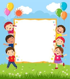 Szczęśliwa uśmiechnięta grupa dzieci pokazuje pustą deskę
