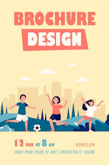Szczęśliwe aktywne dzieci grające w piłkę nożną na zewnątrz szablon ulotki