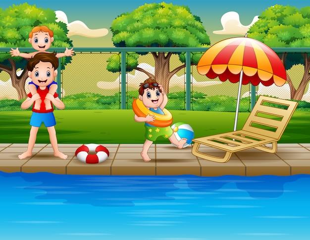 Szczęśliwe chłopiec cieszy się bawić się w plenerowym basenie