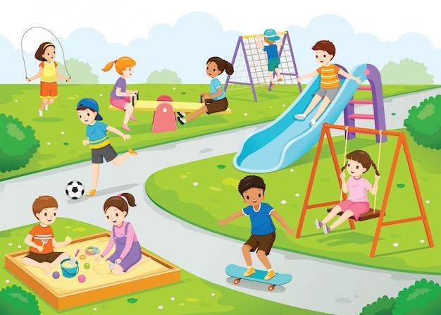 Szczęśliwe dzieci bawią się radośnie na placu zabaw