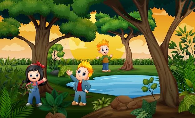 Szczęśliwe dzieci bawiące się na zewnątrz w ciągu dnia