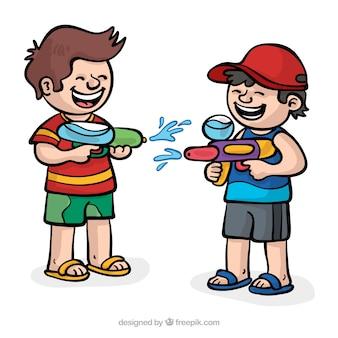 Szczęśliwe dzieci bawiące się pistoletami na wodę