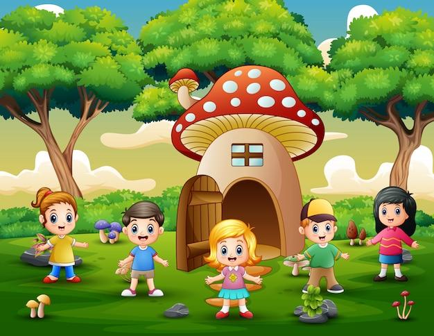 Szczęśliwe dzieci bawiące się w domu fantazji grzybów