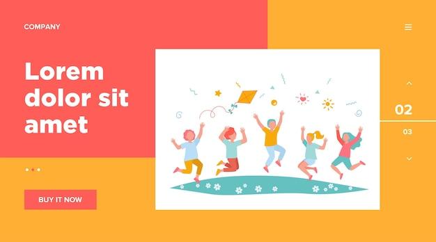 Szczęśliwe dzieci bawiące się w ilustracji wektorowych płaski park lato. kreskówka śliczni chłopcy i dziewczęta skaczą z latawcem na łące. koncepcja przedszkola i wakacji