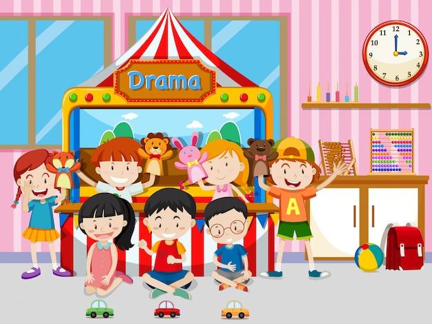 Szczęśliwe dzieci bawiące się w klasie