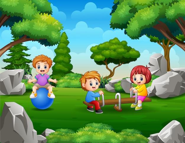 Szczęśliwe dzieci bawiące się w parku