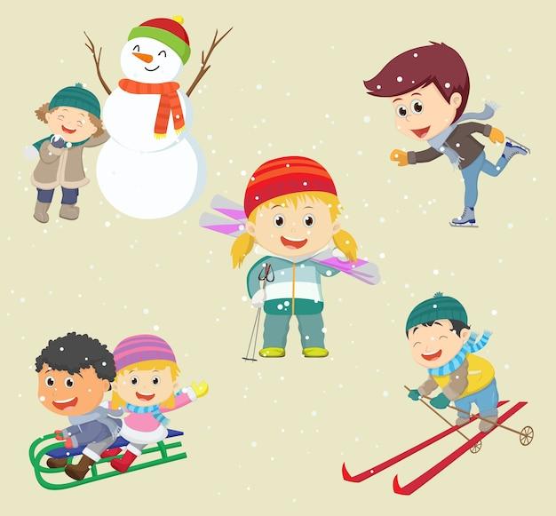Szczęśliwe dzieci bawiące się w śniegu i bawiące się w zimie