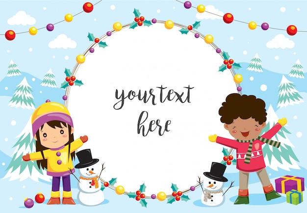 Szczęśliwe dzieci bawiące się w śniegu z ramą
