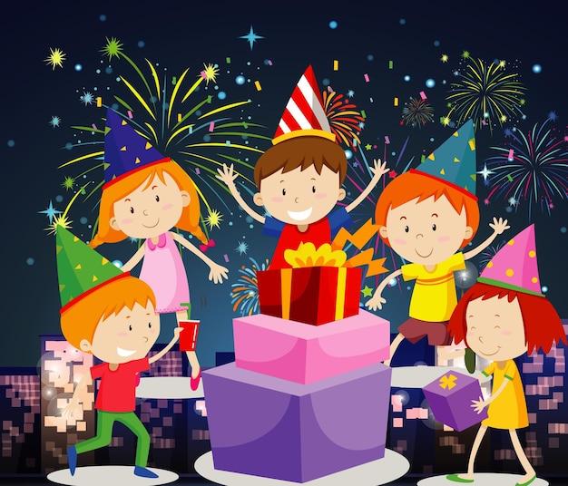 Szczęśliwe dzieci bawiące się z prezentami i fajerwerkami
