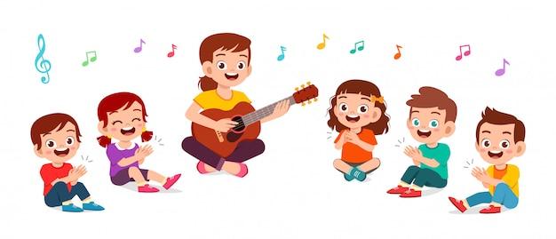 Szczęśliwe dzieci chłopiec i dziewczynka śpiewają piosenkę z nauczycielem