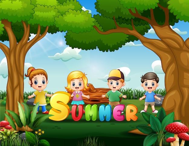 Szczęśliwe dzieci cieszą się latem w parku ilustracji
