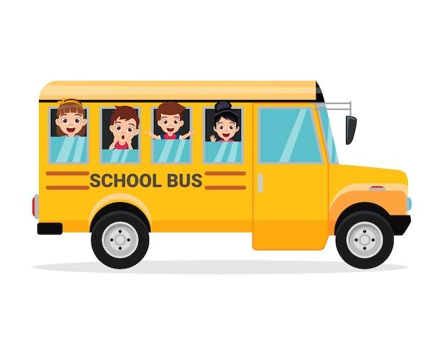 Szczęśliwe dzieci i autobus szkolny na białym tle