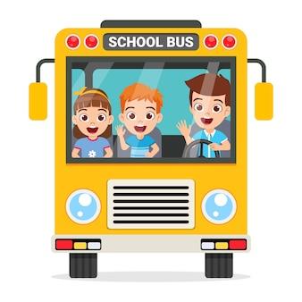 Szczęśliwe dzieci i widok z przodu autobus szkolny na białym tle