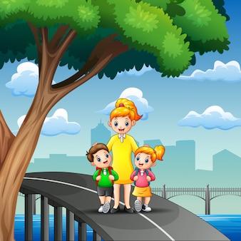 Szczęśliwe dzieci idą do szkoły z mamą