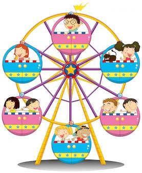 Szczęśliwe dzieci jadące diabelskim młynem