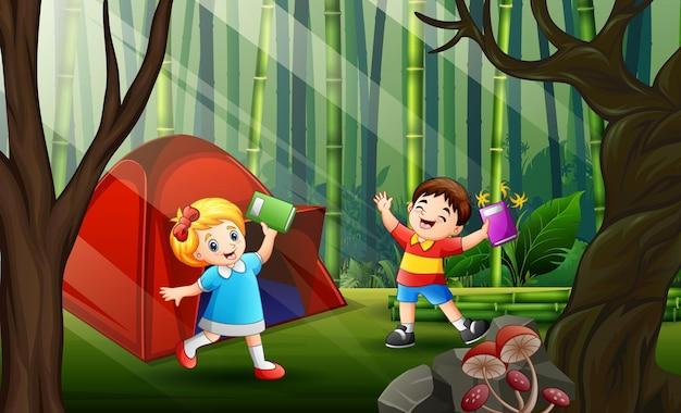 Szczęśliwe dzieci na kempingu na ilustracji lasu