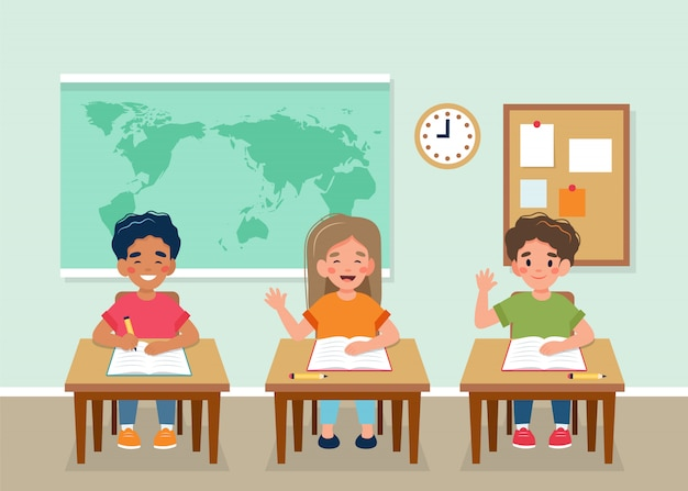 Szczęśliwe dzieci siedzi w klasie przy ławkach, mapa za, powrót do koncepcji szkoły.