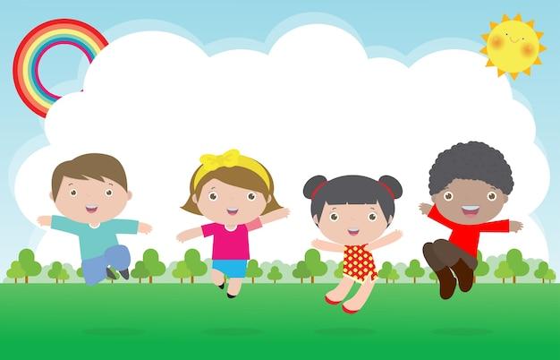 Szczęśliwe dzieci skaczą i tańczą w parku, zajęcia dla dzieci