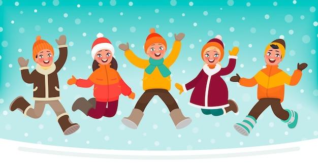 Szczęśliwe dzieci skaczą na tle zimy