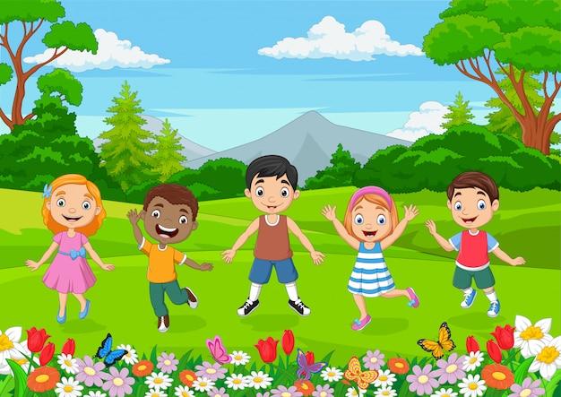 Szczęśliwe dzieci skacze w parku